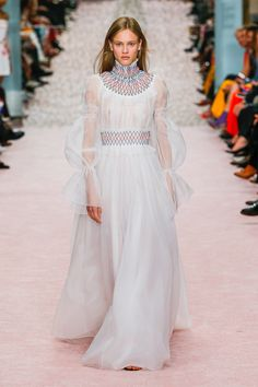 The complete Carolina Herrera Spring 2019 Ready-to-Wear fashion show now on Vogue Runway. Couture Mode, Style Couture, Couture Fashion, Runway Fashion, Carolina Herrera, Vestidos Fashion, Fashion Dresses, Fashion Week, New York Fashion