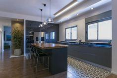המעצבים איילת וחמי סולומון ממליצים על מטבחי אביבי | בניין ודיור Home Room Design, House Rooms, Conference Room, Interior Design, Kitchen, Table, Furniture, Home Decor, Ideas
