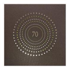 Elegante Einladungskarte zum 70. Geburtstag in dunkelbraun mit grüner und silberner Folienprägung und wählbarer Jubiläumszahl. Geburtstagseinladungskarte aus braunem Designkarton mit weißem Falteinlegeblatt.In silberner und grüner Folienprägung sind kleine Punkte kreisförmig auf die Vorderseite gedruckt.In der Mitte des Kreises ist Platz für eine Jubiläumszahl. Folgende Zahlen können in silbernem Foliendruck eingeprägt werden: 25, 40, 50, 60, 70, 75, 80, 85, 90, 95. Stampin Up, Celestial, 40 Birthday, Invitation Birthday, Invitation Text, Original Gifts, Guy Presents, Silver Anniversary, Stamping Up