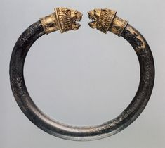 Lion head bracelet from century BCE. Ancient Jewelry, Antique Jewelry, Vintage Jewelry, Ancient Bracelet, Bangle Bracelets, Bangles, Collier Antique, Jewelry Accessories, Jewelry
