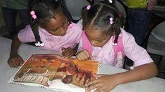 Marrón glacé...de eso habla el texto que estas niñas leen en Colores y más colores.