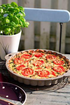 Delikat tomattærte med ramsløg. Velsmagende og let at lave. Tomattærten kan serveres med en god salat eller som tilbehør.