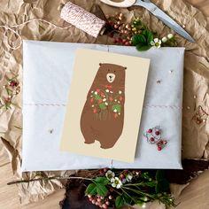 Neu im Shop: Postkarte Bär mit einem Strauß aus frisch gepflückten Walderdbeeren.