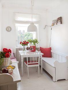 Una cocina con toques rojos