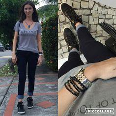 Look com calça jeans skinny, tshirt cinza e tênis preto cano alto.