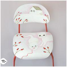 Za klubkem do šípků Ručně malovaná autorská židlička. Výška sedátka je 32 cm nad zemí. Sedátko je prostorné (34,5 x 31 cm). Je vhodná pro děti od nejmenších až do 125 cm výšky. Recyklovaná, pohodlná, stabilní, odolná. Použité barvy mají atest na použití pro dětské hračky. Židle je opatřena minimálně třemi vrstvami bezbarvého krycího laku proti ...