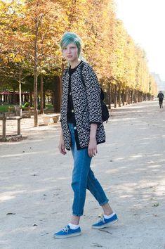 acc163549c17 Modèles à Paris printemps 2016 (chaussures bleues et cheveux bleus)