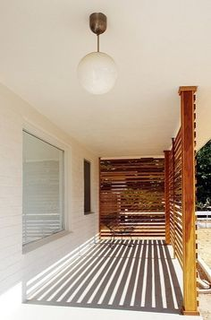 Summer Style: 10 Perfect Porches Light for front porch I also like the horizontal fence but cut in half so you have a view.Light for front porch I also like the horizontal fence but cut in half so you have a view. Modern Porch, Mid-century Modern, Modern Design, Modern Spaces, House With Porch, House Front, Patio Interior, Interior And Exterior, Modern Exterior
