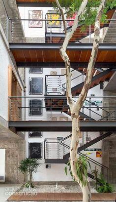 Casa paulistana.  Brasil. Casa construida alrededor de un árbol.