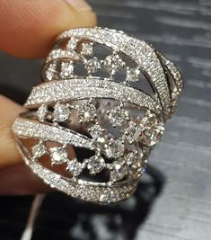 Awesome Diamond white gold 18 k antique design of this Beautiful ring. It's Lovely. SLVH ❤❤❤