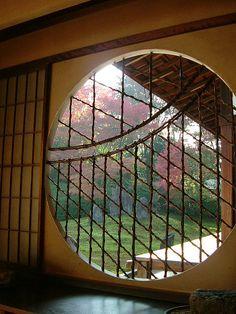 東福寺塔頭、光明院の吉野窓。  I like round windows and doors