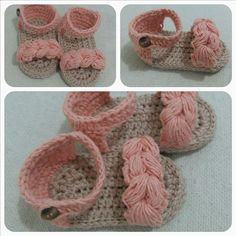 Sandália para bebê de 3 a 6 meses, comprimento de 9cm de sola, confeccionado em crochê nas cores salmão e bege.  Sola grossinha e linha em algodão.