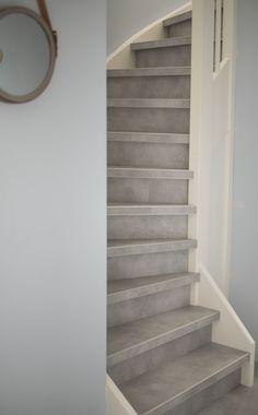 Deze trap is geheel bekleed met PVC van MFlor #Denbreejeninterieur #MFLor #PVC #Trap #betonlook Tiled Staircase, Staircase Design, Stairs, Steps Design, Stair Steps, Attic Renovation, Paint Colors For Living Room, Cafe Design, Interior Design Living Room