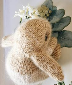 How to knit an easter bunny. Click through for easy step by step tutorial and free knitting patter to make a knitted easter bunny rabbit. Click through to get tips and all the info you need to make your own Christmas Knitting Patterns, Knitting Patterns Free, Free Pattern, Crochet Patterns, Knitted Bunnies, Knitted Cat, Bunny Face, Quick Knits, Paintbox Yarn