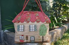 Bolso de labores Patchwork Bags, Quilted Bag, Textiles, Sewing Projects, Quilts, Embroidery, Purses, Christmas Ornaments, Holiday Decor