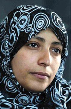 Tawakul Karman, activista y periodista yemení. Icono de la mujer y la libertad en su país. Portadora de la bandera por la libertad de expresión, fundadora de la organización Periodistas sin Cadenas y Premio Nobel de la Paz 2011.