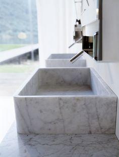 Denne store vasken med tynne kanter leveres i Carrara marmor, det tidløse materialet innen kunst og arkitektur.