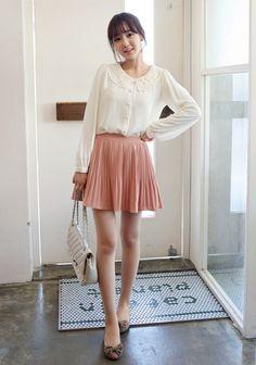 Bên cạnh họa tiết in hoa hay gam màu pastel dịu nhẹ đang rất được yêu thích, mùa hè này các teen girl còn có thêm lựa chọn mix đồ thật xinh với chân váy pleat vô cùng ngọt ngào và nữ tính.