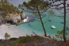 """Cap de la Chèvre - """"Des falaises hautes de quelque 100 mètres qui tombent à pic dans la mer et une vue sur la baie de Douarnenez et l'anse de Morgat. Le panorama est saisissant. Mariant force et beauté, le cap de la Chèvre est un condensé de la Bretagne."""""""