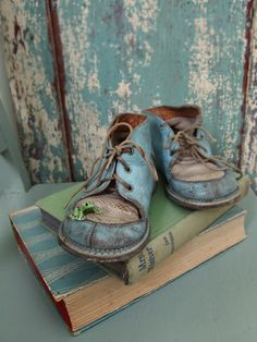 Pair of Vintage Blue Children's Shoes Look Vintage, Vintage Shoes, Vintage Items, Vintage Vignettes, Vintage Walls, Shabby Chic, Old Shoes, Rustic Lighting, Childrens Shoes