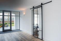 gietijzeren binnendeur - Google zoeken combinatie van witte muren en houten vloer, mooi!