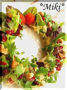 A Kiss For Christmas! Mistletoe Salad Recipe by cookpad. Christmas Dishes, Christmas Treats, Christmas Holiday, Food Decoration, Food Dishes, Dishes Recipes, Food Photo, Great Recipes, Salad Recipes