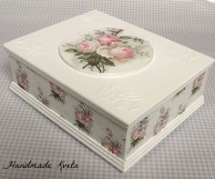 Decoupage Tutorial, Decoupage Box, Decoupage Vintage, Napkin Decoupage, Doll Tutorial, Cigar Box Crafts, Diy And Crafts, Paper Crafts, Painted Wine Bottles