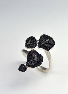 Jewelry | Jewellery | ジュエリー | Bijoux | Gioielli | Joyas | Art | Arte | Création Artistique | Precious Metals | Jewels | Settings | Textures | Marrow Bezel Ring. $170.00, via Etsy.