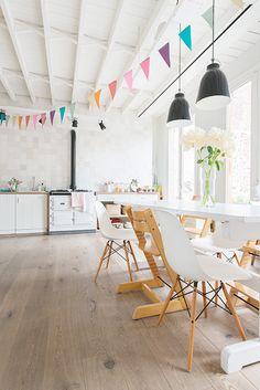 trona stokke sillas vitra lámpara diseño caravaggio de light years estilo nórdico estanterías string decoración interiores nórdico decoració...