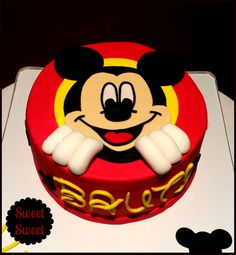 Torta Mickey Mouse en 2D.  Tecnica Puzzle Pedidos a pasteleriasweetsweet@yahoo.com.ar facebook.com/sweetsweetpasteleria #tortamickey #mickeymouse #tortamickeymouse #tortadisney #cumplemickey #cumpleañosmickey