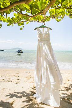 Vestido de noiva off white e fluído para casamento na praia. Foto: Layla Eloá e Sharon Eve Smith