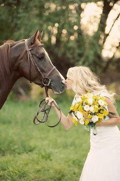 bridals with a beautiful horse: Avenia Bridal
