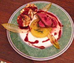 Hirschrücken mit Apfel - Rosmarin Püree und glasiertem Chicoree
