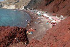 La playa roja de Santorini es una de las más famosas y bellas de la isla, situada cerca del pueblo y antiguo ciudad de Akrotiri. La playa es bastante pequeña y atrae a muchos turistas, gracias a las hermosas losas de piedra volcánica de color rojo y negro que se encuentran detrás de ella. La arena en sí es de color rojizo y negro y siempre muy, muy caliente, por lo que la playa está llena de tumbonas y sombrillas. Está en frente a un mar de aguas cristalinas, ideal para el buceo debido a la…
