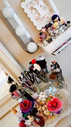 Organize suas maquiagens utilizando taças e potinhos para separar os pincéis por tipo #organizaçãodemaquiagem