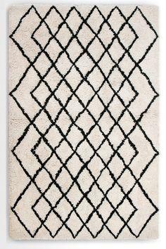 Fes getunter Teppich in Dunkelweiß. Mit seinem markanten Design und der raffinierten Farbkombination verleiht dieser Teppich jedem Raum Charakter und einen aparten Blickfang.