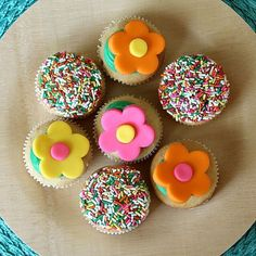 Tutorial on decorating cute cupcakes for Spring.