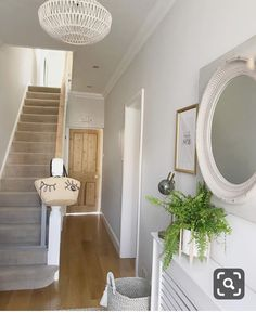 hallway decorating 355151120614510691 - Counting down to the new series of Love Island…guilty as charged 🙈 Here's a pic of the only tidy part of the house this evening and also one of my fave rooms (can you call it that? Style At Home, Flur Design, Hallway Inspiration, Hallway Designs, Small Hallways, Ideas For Hallways, Stairs And Hallway Ideas, Small Entryways, Interior Decorating
