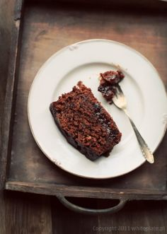 Wilgotny czekoladowy piernik z imbirem i suszonymi śliwkami