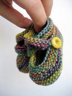 Ana Maria tricoecrochebebe -: Sapatinho em trico Thanks for sharing this sis! Baby Booties Knitting Pattern, Baby Hats Knitting, Booties Crochet, Crochet Baby Shoes, Crochet Baby Booties, Baby Knitting Patterns, Loom Knitting, Knit Crochet, Crochet Patterns