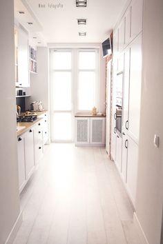 Aranżacja białej i wąskiej, ale dostatecznie rozświetlonej kuchni utrzymana jest w czystym stylu skandynawskim. Biała...