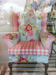 We like this patchwork chintz makeover of a wing back armchair Sillas Shabby Chic, Shabby Chic Chairs, Shabby Chic Cottage, Shabby Chic Homes, Shabby Chic Furniture, Shabby Chic Decor, Shabby Chic Armchair, Bedroom Furniture, Furniture Chairs