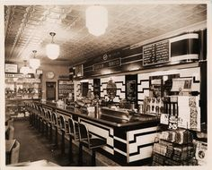Once considered the place to eat, have ice cream and drink a classic soda, the traditional fountains went on the decline in the Ice Cream Man, Ice Cream Parlor, Diner Restaurant, Restaurant Design, Vintage Diner, Fifties Diner, Cream Soda, Soda Fountain, Vintage Photos