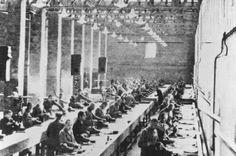 Prisioneiros no trabalho escravo na fábrica da Siemens. Campo de Auschwitz, Polônia, 1940-1944.