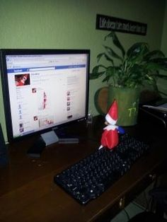 Elf on the shelf : facebooking