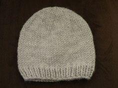 Bonnet gris bébé, tailles 3- 6/9 - 12/18 mois, tricotés aux aiguilles N°6,5. Tailles : 3- 6/9 - 12/18 mois FOURNITURES : 1 paire d'aiguilles N°6,5 ou aiguille circulaire 1 pelote de laine Julia de Zeeman 1 aiguille à laine pour faire les coutures. ECHANTILLON...