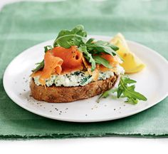 Wholegrain bread with herb cottage cheese, smoked salmon and rocket - Healthy Food Guide Diabetic Breakfast Recipes, Brunch Recipes, Healthy Recipes, Cheesy Recipes, Healthy Dinners, Smoked Salmon Recipes, Health Breakfast, Balanced Breakfast, Breakfast Ideas