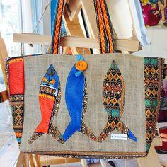 """Sac Cabas, pagne """"angelina"""" bleu turquoise et multicolore; sardines, toile de jute de la boutique Isasgallery sur Etsy Sacs Tote Bags, Bleu Turquoise, Jute Bags, Tote Backpack, Fabric Bags, Vintage Textiles, Handmade Bags, Purses And Bags, Burlap"""