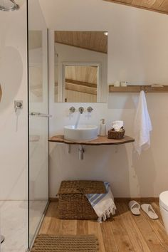 Cabin Rentals, A Door to the Wild Penne, Wc Bathroom, Ideal Bathrooms, Boutique Homes, Cabin Rentals, Home Staging, White Wood, Bathroom Inspiration, Home Deco