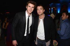 Pin for Later: Fans de Robert Pattinson, ce post est pour vous ! Toutes les plus belles photos de Robert à Cannes sont ici ! Robert a traîné avec Liam Hemsworth à la soirée Vanity Fair.